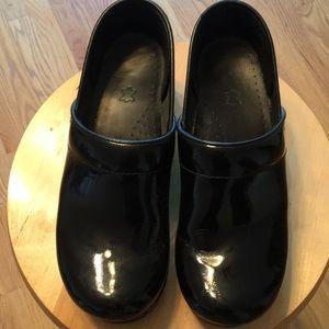 Dansko clogs - black patent🖤